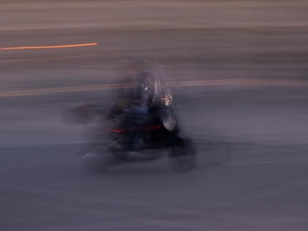 Image floue d'une personne en scooter à paris france