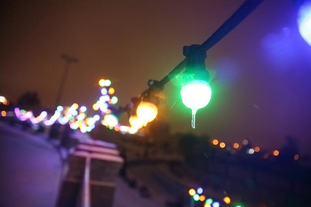 Image floue de la rue de la ville éclairée de façon festive la veille de noël. concept de vacances
