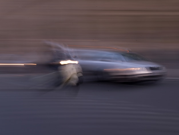 Image floue d'une voiture à paris france