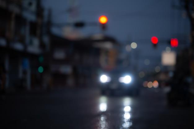 Image floue de voitures sur route mouillée après de fortes pluies tombées dans la ville.