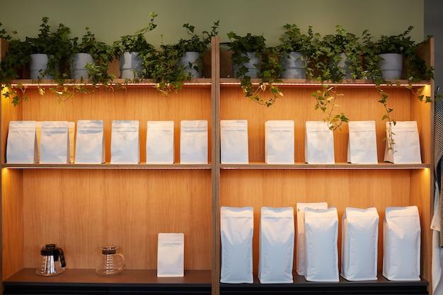 Image de fond d'étagères dans un café ou un café avec des sacs en papier artisanaux maquettes, espace pour copie