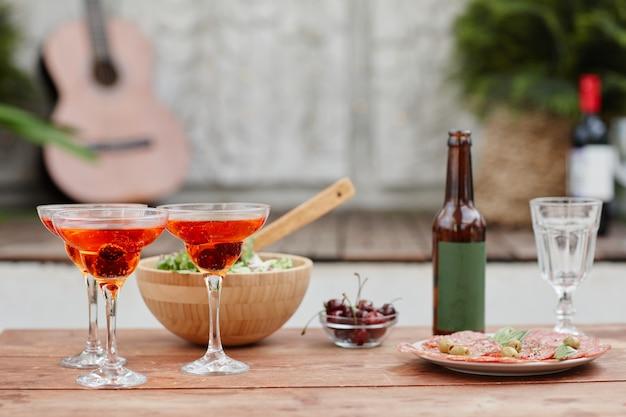 Image de fond de l'installation de cocktails et d'apéritifs lors d'une fête sur le toit, espace de copie