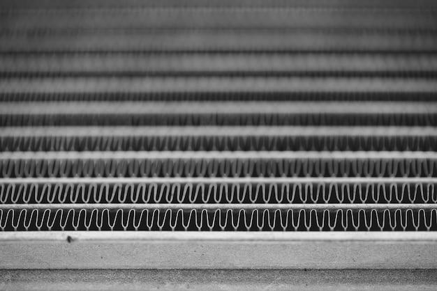 Image de fond monochrome du radiateur automobile se bouchent. fond argenté de nombreuses lignes en double.
