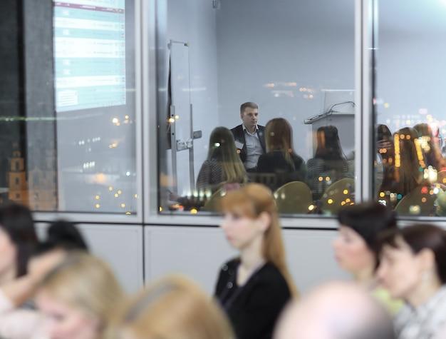 Image de fond de la salle de conférence le soir.
