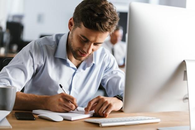 Image d'un gestionnaire masculin calme écrivant quelque chose