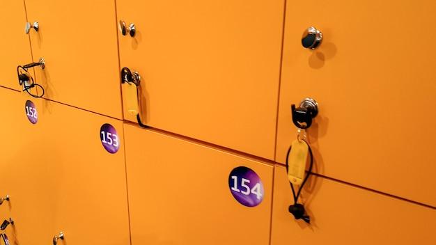 Image en gros plan de casiers jaunes dans un vestiaire ou un centre commercial
