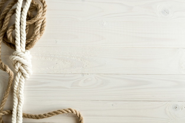 Image gros plan de cordes de navire sur fond de bois blanc