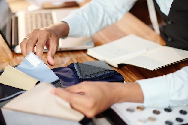 Image en gros plan du catalogue de contrôle sur mesure avec des échantillons de tissu