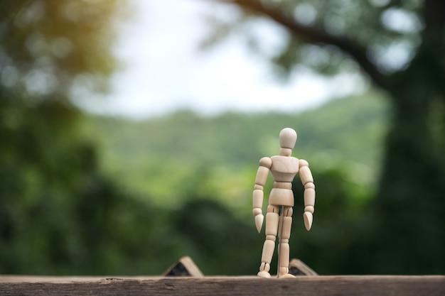 Image gros plan du modèle de figure en bois d'un homme debout sur une table en bois