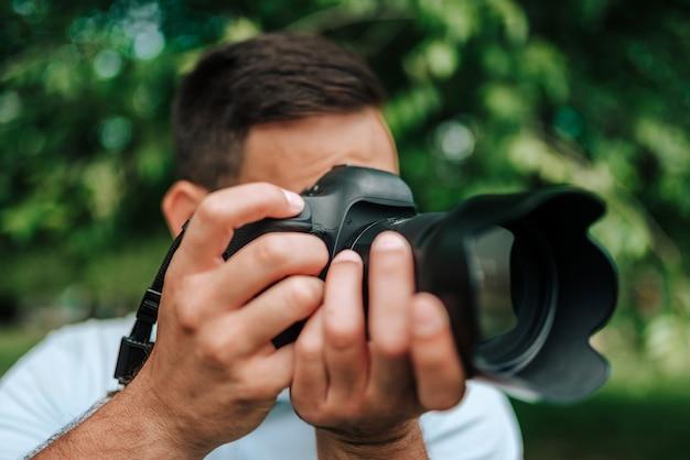 Image gros plan du photographe professionnel en extérieur.
