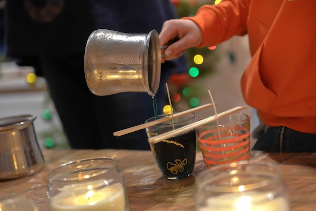 Une image en gros plan du processus de fabrication de bougies faites maison.