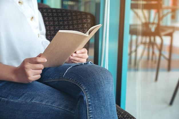 Image gros plan d'une femme tenant et lisant un livre