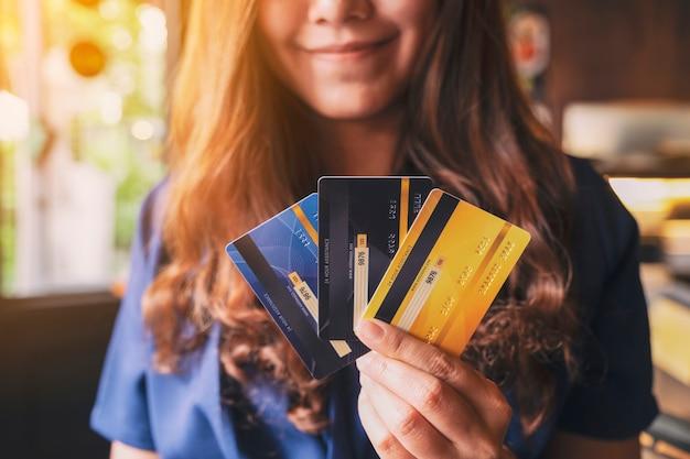Image gros plan d'une femme tenant et montrant une carte de crédit