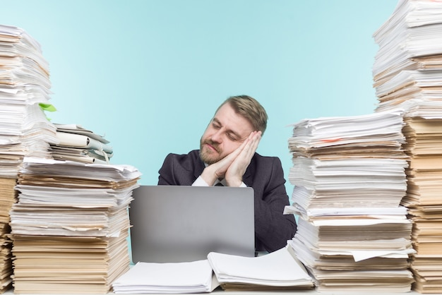 Image en gros plan d'un homme d'affaires stressant fatigué de son travail