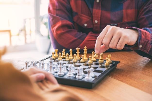 Image en gros plan d'un homme se déplaçant et jouant ensemble à un jeu d'échecs