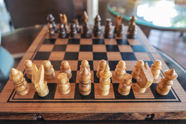 Image gros plan d'un jeu d'échecs en bois sur l'échiquier
