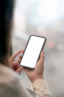 Image gros plan des mains de femme à l'aide de smartphone, vue verticale.