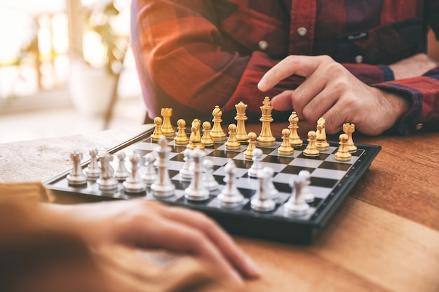 Image en gros plan de personnes se déplaçant et jouant ensemble à un jeu d'échecs