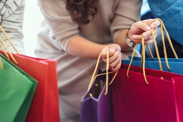Image gros plan de personnes tenant ensemble des sacs à provisions