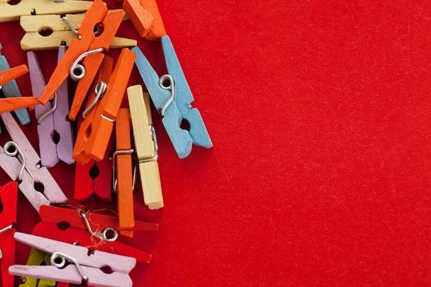 Image gros plan de pinces à linge de bureau coloré