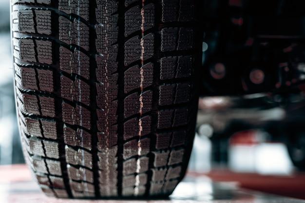 Image en gros plan de roue de voiture avec pneu en caoutchouc noir