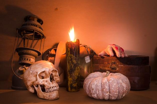 Image d'halloween avec une bougie allumée sur un ancien crâne