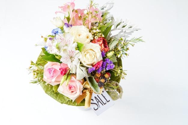 Image d'en haut du bouquet romantique de roses roses, lys, feuilles vertes avec carte postale isolé sur fond blanc, espace pour le texte