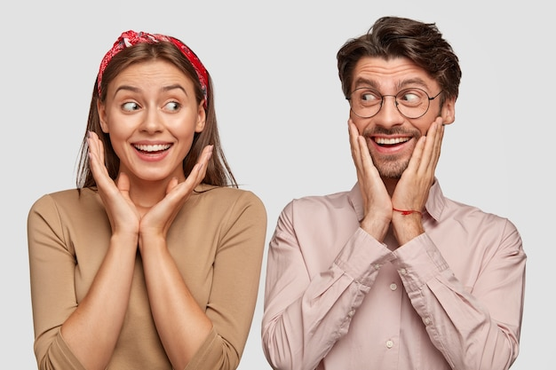 Image d'heureux deux femme et homme se regardent joyeusement