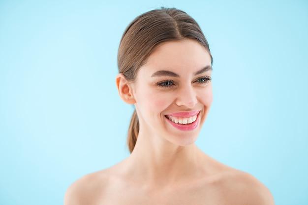 Image d'heureux joyeux belle jeune femme posant isolé.
