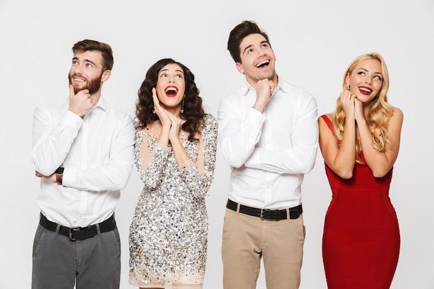 Image d'un heureux rêve excité jeune groupe d'amis debout isolé sur blanc.