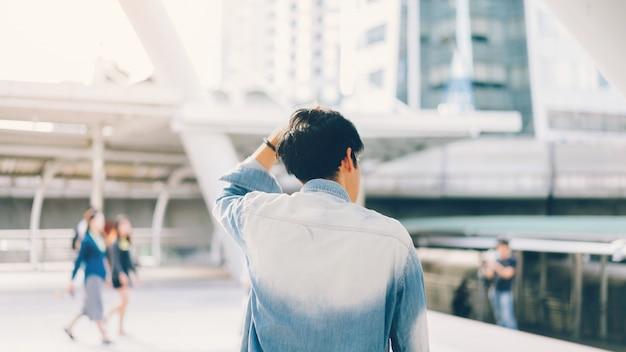 Image d'un homme et manipuler les cheveux.