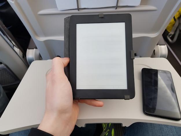 Image de l'homme avec un smartphone avec écran vide