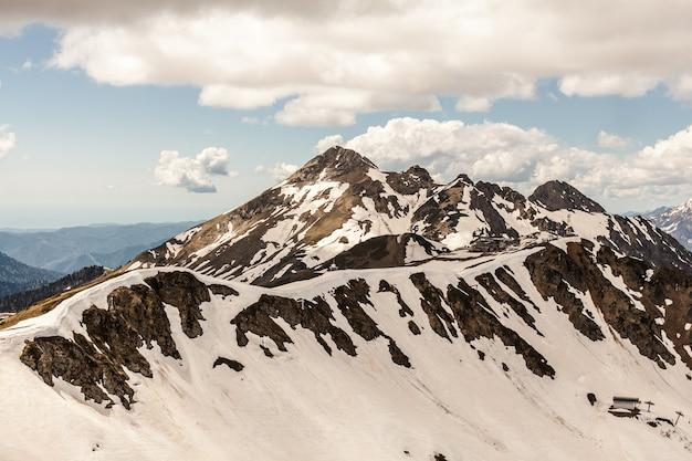 Image incroyable de paysage de montagne verte avec ciel bleu et nuages blancs.