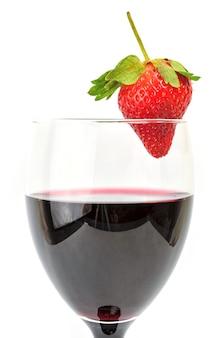 Image isolée d'un verre de vin avec des fraises.