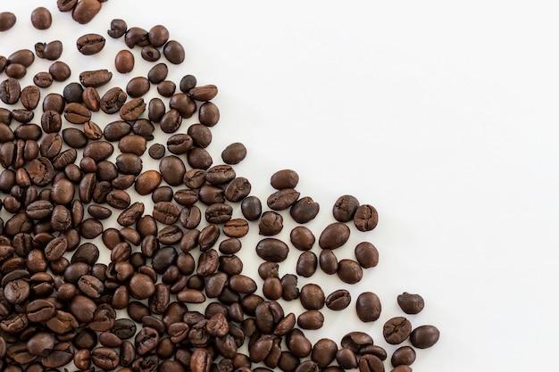 Image isoler les grains de café à utiliser comme arrière-plan
