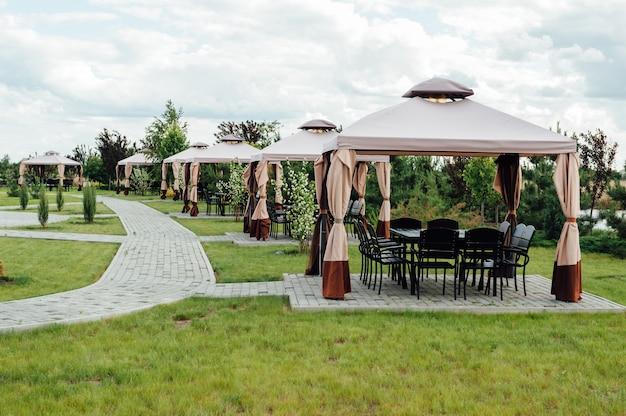 Image de jardin de beauté avec gazebo moderne