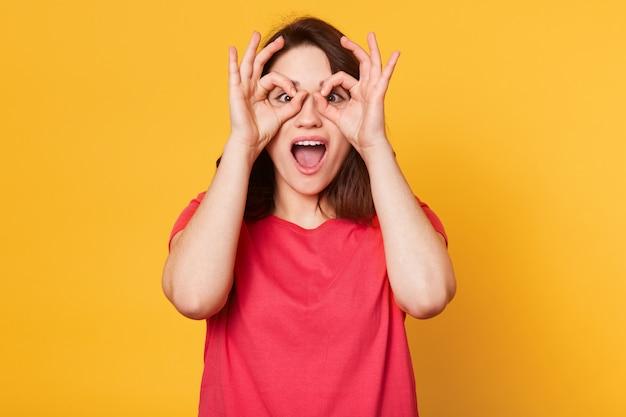 Image de jeune femme heureuse en t-shirt rouge