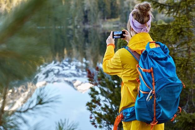 Image de jeune fille hipster porte un anorak jaune