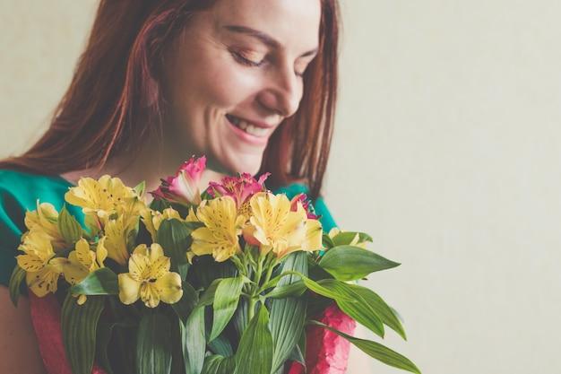 Image de jolie femme avec bouquet. 8 mars