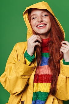 Image d'une jolie jeune femme rousse joyeuse et heureuse