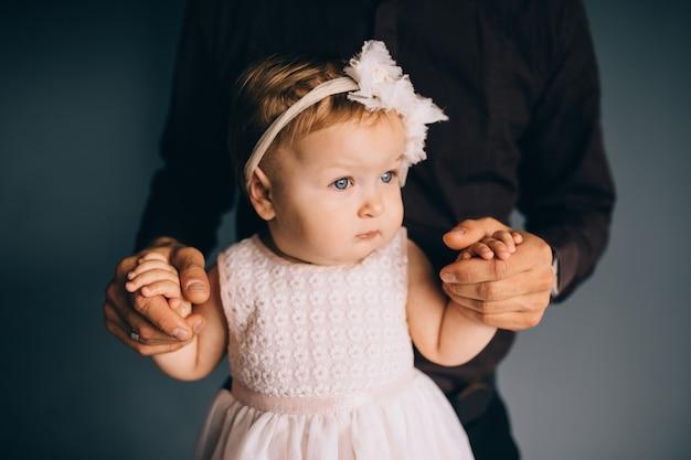 Image de jolie petite fille dans les mains du jeune papa