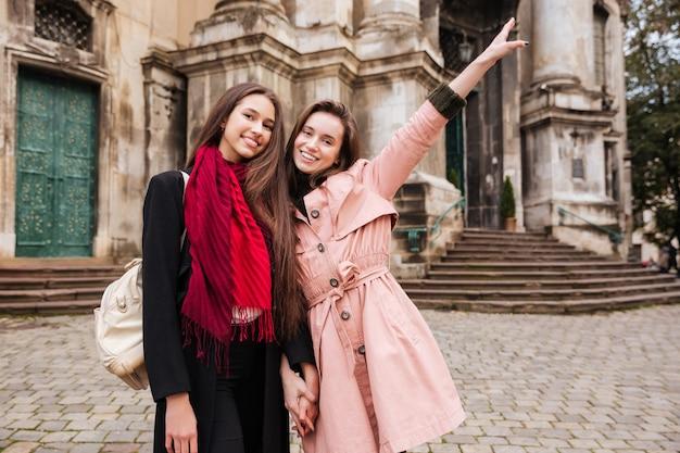 Image de jolies filles en manteaux.