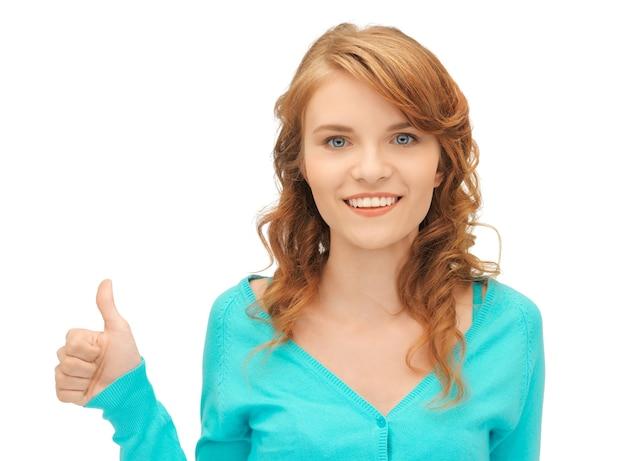 Image lumineuse d'une adolescente avec les pouces vers le haut
