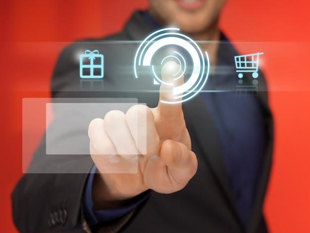 Image lumineuse d'un bel homme en costume en appuyant sur le bouton virtuel.