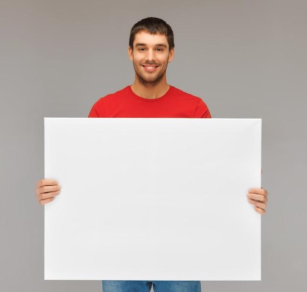 Image lumineuse d'un bel homme avec un grand tableau blanc.