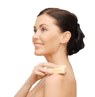 Image lumineuse de belle femme avec du savon
