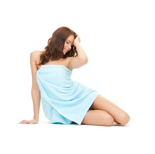 Image lumineuse de belle femme en serviette