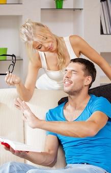 Image lumineuse d'un couple heureux faisant une blague