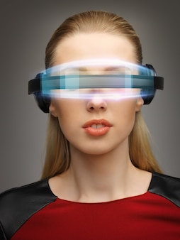 Image lumineuse d'une femme d'affaires avec des lunettes numériques