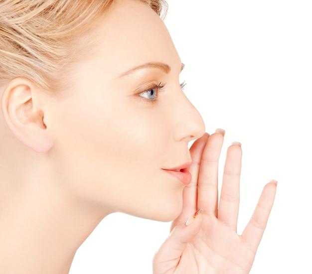 Image lumineuse d'une femme chuchotant des potins